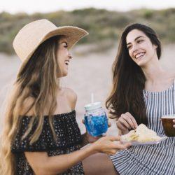 deux-femmes-amies-riant-de-la-plage_23-2147643687